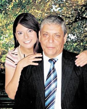 Señor Porfirio Martínez Olvera y su hija Beatriz Martínez Rodríguez, en una foto de estudio con motivo del día del Padre