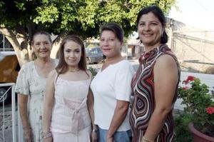 Blanca Estela Villela de Santiago acompañada por un grupo de amigas, quienes le ofrecieron una despedida de soltera por su próxima boda.