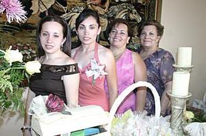 <b>18 de junio </b><p> Cecilia del Rocío Villalobos Pinedo en compañía de María del Carmen de Pinedo, Cecilia de Villalobos y Claudia Villalobos Pinedo