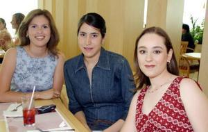 Brenda Estrella, Lorena de Mendoza y Claudia de Estrello, captadas en reciente convivio