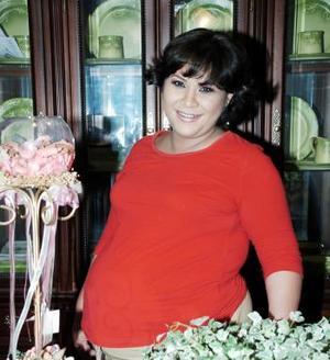 <b>18 de junio </b><p> Guadalupe González de Flores espera el nacimiento de sus gemelitos, y por ello le organizaron una fiesta de canastilla.