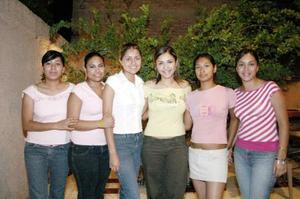 Viridiana Carrillo acompañada  por sus amigas, Ana Laura, Lulú, Alma y Paola, en la agradable reunión que le organizaron.