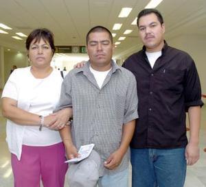 Luis Alberto Herrera viajó a Tijuana, los despidieron Ernesto y Beatriz Herrera