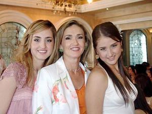 Lizy Papadópulos Dingler en su despedida, acompañada por su mamá Elizabeth Dingler de Papadópulos y por su hermana Denisse