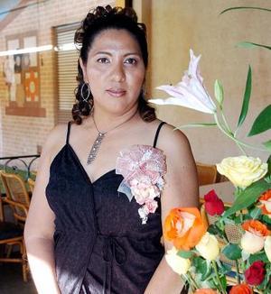<b>19 de junio </b><p>  María Guadalupe López Soto en su despedida de soltera.
