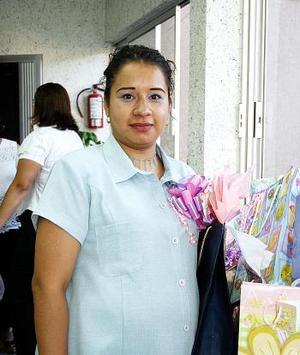 Lizeth Herrera de Rodríguez, captada en la fiesta de canastilla que le organizaron Maura Sánchez de Rodríguez y Marycruz Rubio de Herrera..