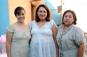 Claudia Soto de Palomares, en compañia de las anfitrionas de la fiesta de canastilla que le ofrecieron por el cercano nacimiento de se bebé