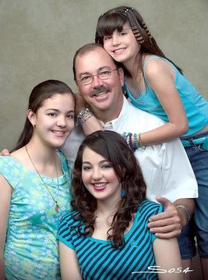 M.V.Z. Juan Manuel Rodríguez Melhem con sus hijas Tensy, Natalia, y Sady, en una fotografía con motivo del Día del Padre.