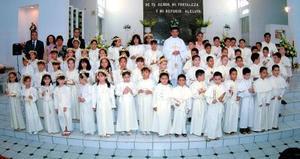 Alumnos de primaria del Colegio América que recibieron la Eucaristía de la Comunión.