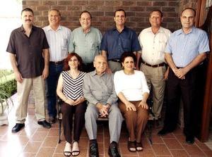 Don Teófilo Murra Talamás en compañía de sus hijos, Teófilo, Jesús, Gerardo, Eduardo, David, Ricardo, Mily y Guadalupe Murra Giacomán.