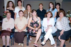 Fátima Wendy Favela Aguirre, acompañada por algunas de las invitadas a la despedida de soltera que le ofrecieron en días pasados