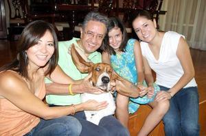 Federico López Hernández con sus hijas, Jennifer,, y Jéssica, su nieta Karla y su mascota Droopy