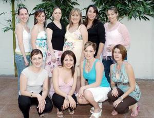 Karla Contreras de Gutiérrez acompañada por un grupo de amigas, en la fiesta de canastilla que le organizaron por el cercano nacimiento de su segundo bebé