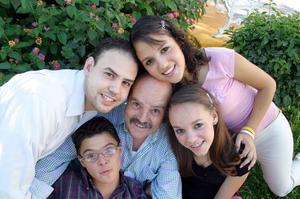 Manuel de la Fuente Mayer en compañía de sus hijos Manuel, Ilse, Érika y Paco de la Fuente Morales