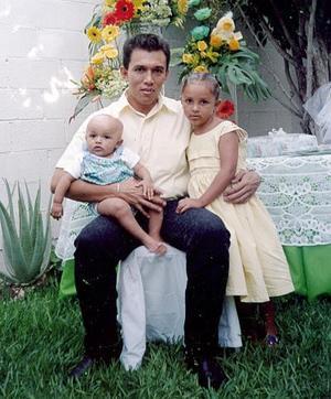 Juan carlos Gómez Guerrero en compañia de sus hijos Natalia y Juan Pablo Gómez García, festejando el Día del Padre.