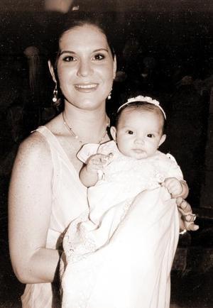 La pequeña María Teresa Téllez Hinojosa junto a su mamá Marytere Hinojosa de Téllez