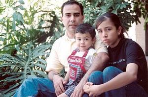 Alejandro y Magaly Álvarez con su papá el Dr. Eduardo Álvarez, celebrando el Día del Padre