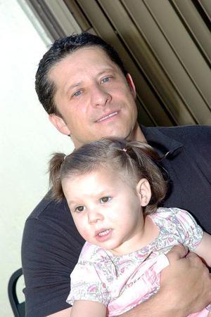 Alejandro Zanella Revueltas con su hijita Guliana Zanella Braña.