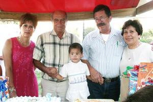 Axel Armendáriz Van Der Elst acompañado por sus abuelos, María Lourdes de Armendáriz, Ángel de Armendáriz Brito, Jaime Van Der Elst Costa y María Candelaria de Van Der Elst, el día que festejó su cumpleaños