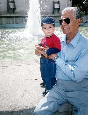 El pequeño Jaime Alejandro Piña Velázquez, con su bisabuelo David Balderas Molina