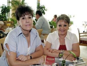 Adriana Ruíz y Olga Lilia González Flores, en una reunión social..