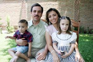 Francisco Lazaga y Meme García con sus hijos Marisofi y Francisco