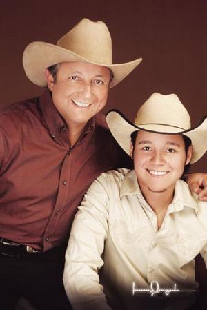 Ing. José Gutiérrez Montemayor y su hijo José Gutíerrez de la Rosa, en una fotografía con motivo del Día del Padre.