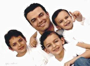 Daniel Núñez Estrada con sus hijos Daniel, Diego y Patricio Núñez.