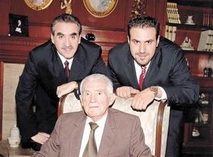 Don Mario Villarreal Carrillo con su hijo Mario Villarreal Rodríguez y su nieto Mario Villarreal Murra