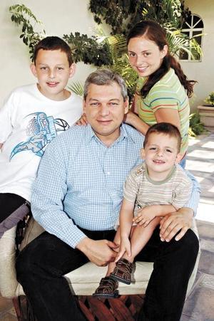 Ernesto Sosa Leiner con sus hijos, Tony, Neto y Fernando