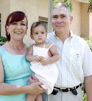 Felices llegaron a sus 25 años de vida matrimonial los señores Luis Garnier Morgan y Clara Flores de Garnier, quienes se  acompañan de su nieta Mariane Garnier