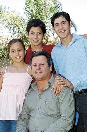 Gerardo Castrellón Zorrilla en compañía de sus hijos Gerardo, Juan Pablo y Marthita Castrellón Saldaña