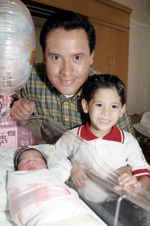 Hugo Gerardo Almeda Vallejo con sus hijos, la pequeña María Belem y Andreu