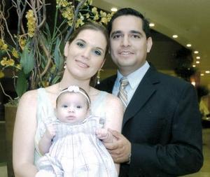 Ing. Arturo Téllez González y Lic. María Teresa Hinojosa de Téllez con su hijita María Teresa Téllez Hinojosa, el día que recibió el sacramento del Bautizo.