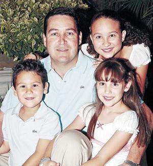 Jaime Amarante Leal, junto a sus pequeños María Bárbara, Paola y Jaime Amarante López