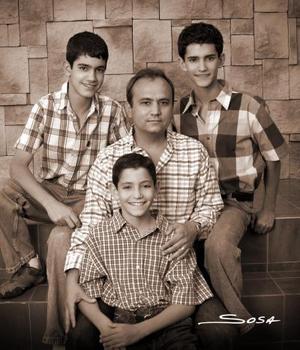 Lic. Carlos Alberto Lira Gutiérrez en compañia de sus hijos Carlos, Eduardo y Daniel Lira Serhan..