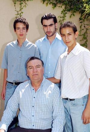 Luis del Moral Rossete acompañado de sus hijos Luis Alfredo, Armando y Gerardo del Moral Torres.