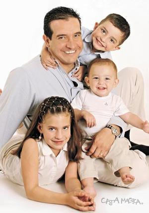 Luis Gurza Jaidar en compañía de sus hijos Mar÷ia B÷arbara, Luis Dieter y Edmundo Gurza Kientzle, en una foto de estudio.