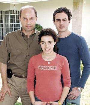 Luis Jorge Murra Constantino con sus hijos Jorge Abraham y Frieda Murra Sosa.