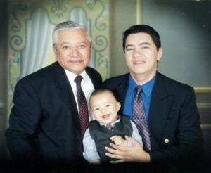 Raúl Cisneros Alvear, Raúl Cisneros Quiroz y Raúl Cisneros Reyes, en una fotografía de estudio por motivo del Día del Padre.