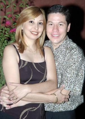 Cecilia Castillo Mancha y Alberto Iparrea  Cervantes, captados en una despedida de solteros que les organizaron  un grupo de amigos.