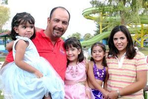 Marcela, Daniela y María Fernanda Ortiz Alcántara fueron festejadas por sus papás, Martín y Libia Ortiz, con una divertida reunión con motivo de sus cumpleaños.