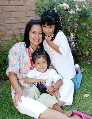 Mariángela Mejía Valenzuela acompañada por su mamá Karla Valenzuela de Mejía y por su hermanita, el día que festejó su sexto cumpleaños