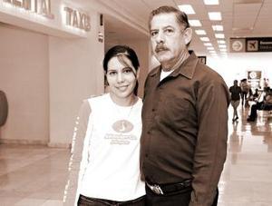 Berenice Mena viajó al DF y la despidió José Humberto Mena.