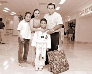 <b>19 de junio</b><p> Javier Luna llegó de Guadalajara y fue recibido por Gina Niño, Francisco y Karem Luna.