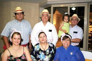 Ricardo Ruiz y Adriana de Ruiz, Pedro Rivas e Irma de Rivas, José de Ruiz y Javier Ruiz y la niña Ana Karen, en el festejo del Día del Padre de los Sembradores