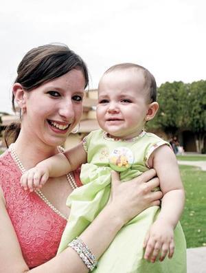 <b>20 de junio</b><p> Arantza Arizpe con su prima Emilia Cátrdenas, en reciente festejo.