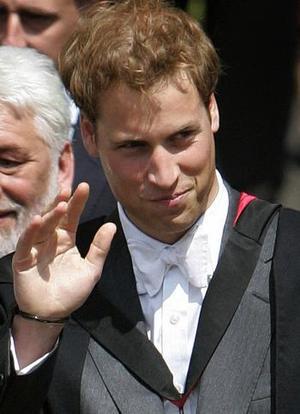 En la ceremonia de graduación, la reina y su esposo, el príncipe Felipe, se sentaron junto a Carlos y su esposa, Camila, duquesa de Cornwall.  <p> Antes de la ceremonia, Guillermo expresó que estaba triste por dejar la universidad.