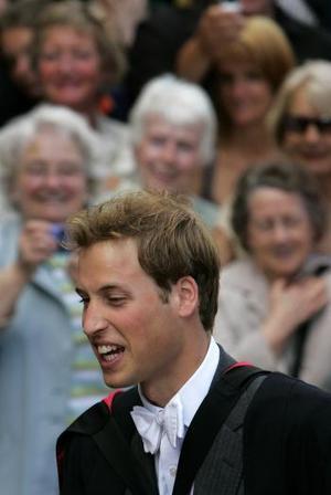 Guillermo fue uno de los 260 estudiantes que se graduaron durante la ceremonia de cuatro horas y media de duración. Su novia Kate Middleton se graduó en la misma ceremonia.