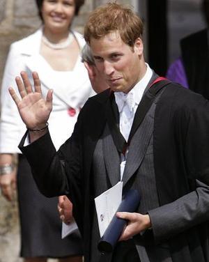 El príncipe Guillermo se graduó de la Universidad St. Andrews en una ceremonia a la que asistieron su abuela, la reina Isabel II, y su padre, el príncipe Carlos.